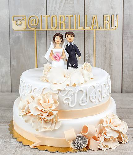 Свадебный торт с брошью и желтыми розами
