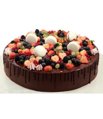 Торт с ягодами и macarons