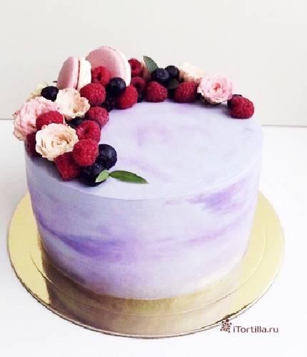 Торт с ягодами и розами