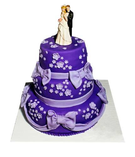 Торт с бантами и свадебной фигуркой