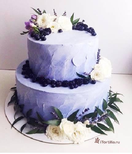 Торт с ягодами и цветами