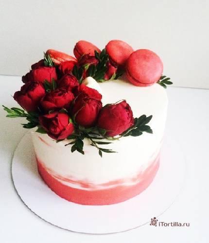 Торт с цветами и macarons